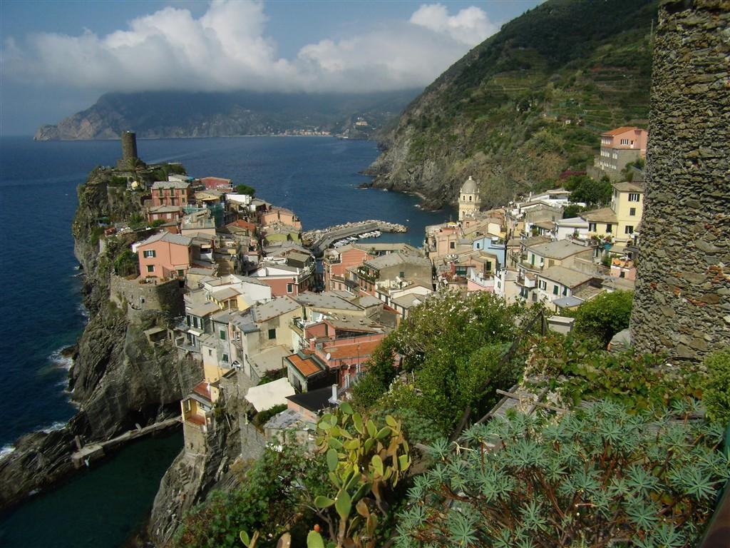 zájezdy do Tálie - Itálie, Ligurie, Cinque Terre - Vernazza, jedna z 5 vesniček oblasti, hrad z 15.stol. postavený na obranu proti pirátům